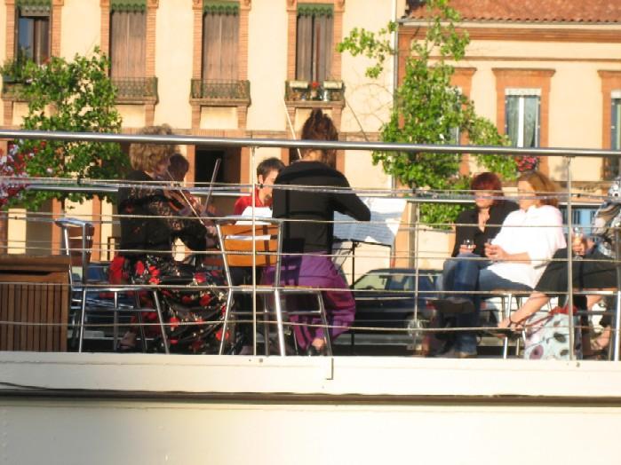 'muziekdag in Frankrijk' klassiek ensemble op rondvaartboot