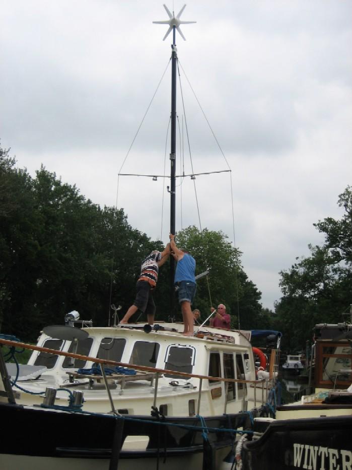 mast met windmolen overeind zetten