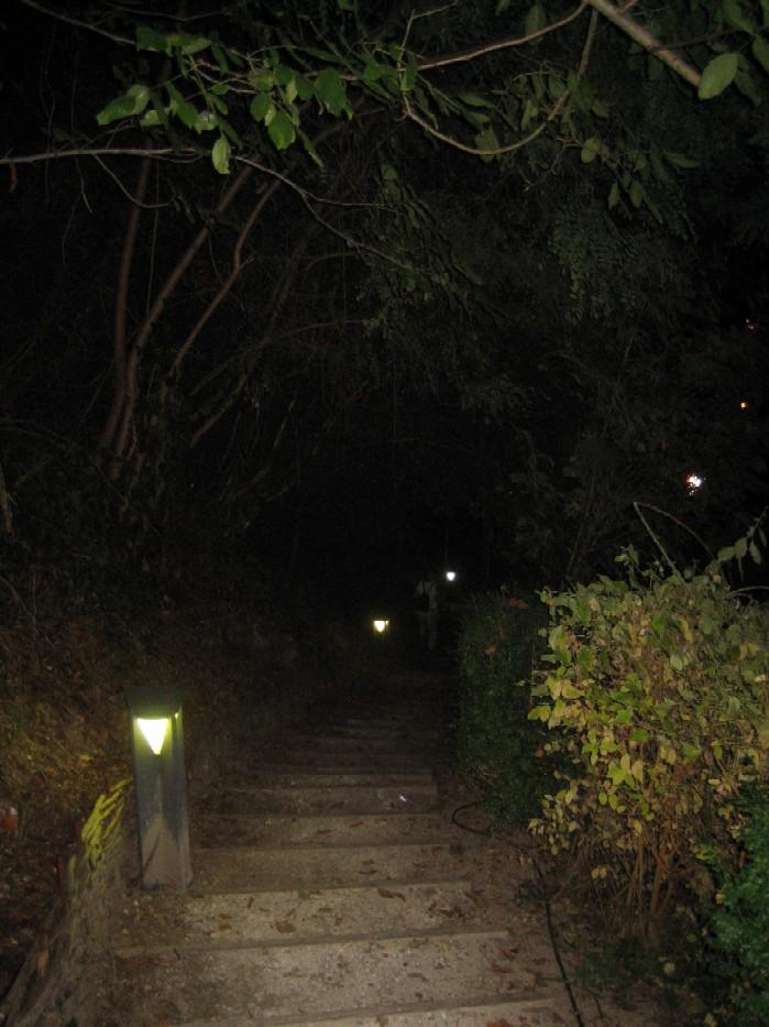 een flinke afdaling, grotendeels (meestal) verlicht, aan het einde van elke avond in het dorp