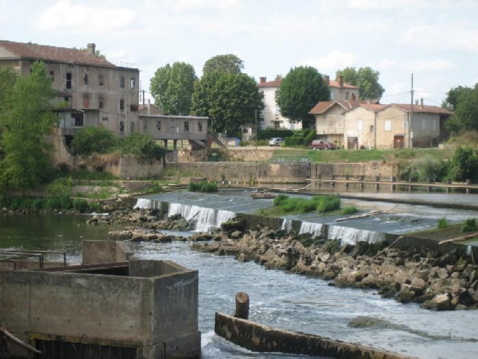 stuw in de Lot, rechts boven de ingang van de sluis die toegang geeft naar de Garonne