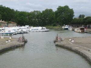 Haven van Carcassonne, links het afgesloten deel, rechts de 'openbare' kade. De Artemis met nog steeds de wintertent op (31 mei).