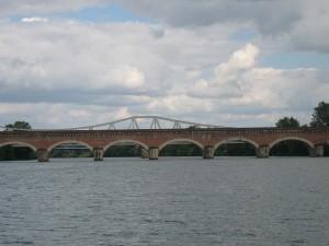 voor het eerst onder het aquaduct