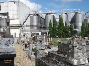 Cocumont, cave en kerkhof