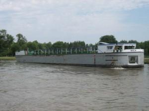 speciaal gebouwd zandschip bij Thaon