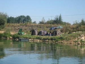 de Saone, kennelijk een paradijs voor vissers. Je ziet tientallen van dit soort kampementen.