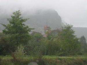 het torentje van Deluz (in de regen). Er zijn honderden van dit soort torentjes in de Franche-Comté
