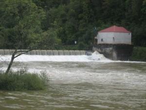 de stuw bij Deluz, waterstand ongeveer 50 cm boven 'normaal' peil