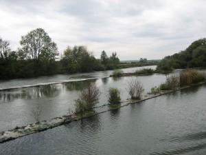 grappig: kanaal daarnaast rivier en daarnaast stuw