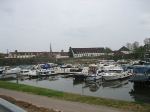 Haven van Auxonne in winterse rust, evenals de kazerne op de achtergrond