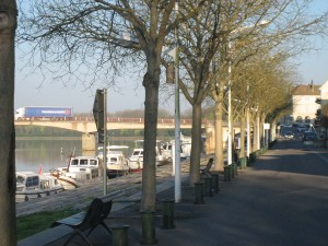 De kade in St Jean de Losne, dee bomen nog vrijwel kaal