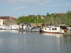 De Artemis, nu met de zomertent, nog steeds aan de kade in St. Léger