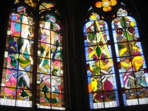 moderne kerkramen in de kathedraal van Nevers