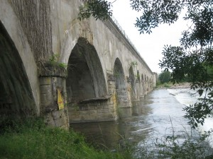 het aquaduct over de Allier van onderen ...