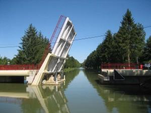 ineens een compleet nieuwe brug, maar waar overal afstandsbediening is, moet hier iemand van de VNF komen