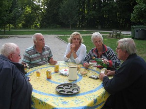 met vrienden aan tafel