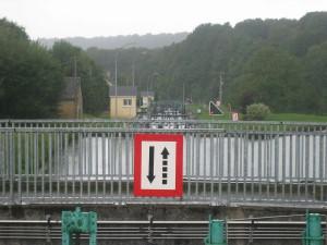 het laatste stukje van de sluizentrap in het kanaal des Ardennes; als je goed kijkt zie je 3 sluizen op een rij; de hele trap bestaat uit 27 sluizen