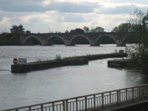 Smalle doorgang (openstaande sluis) op een overigens brede rivier (de Tarn), sinds enkele dagen weer boven water.