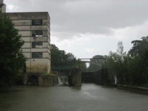 sluis met waterkrachtcentrale in de Baise