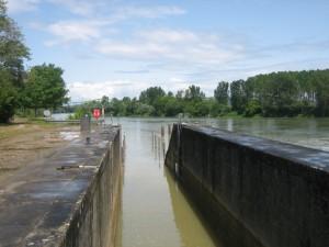 toegang tot de Garonne, steigers tussen de palen staan nog onder water