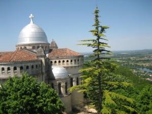 de kerk, de ND de Peyragude, met ziin wijd in de omtrek zichtbare koepel