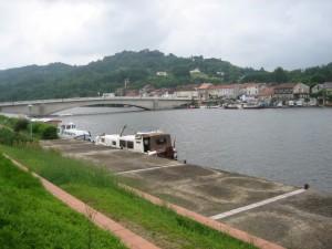 havenoverzicht St. Sylvestre, aan de overkant het lage ponton in Penne d'Agenais