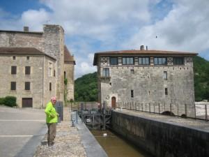 Lustrac: prachtig gerestaureerde sluis en molen. Water nog steeds 1.5 meter boven peil.