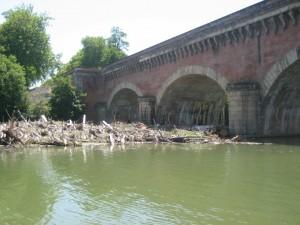 In winter en voorjaar blijft er veel drijfhout hangen voor de pont canal