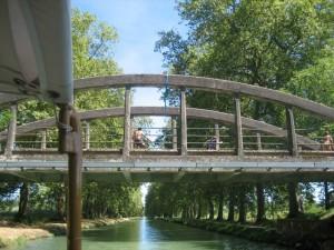 Het blijft altijd oppassen met die rotjochies op een brug, dit keer kwam er alleen water naar beneden.