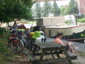 Vakantiedrukte op de wal in Serignac