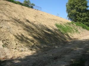 plek van de recente dijkdoorbraak, gezien van onder af; let wel: de dijkhoogte is ruim 7 meter