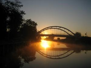 De nieuwe brug bij zonsopgang bij La Cour St Pierre