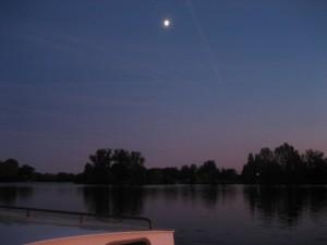 heldere en koude nacht bij halve maan