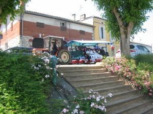 La banda op toer door het dorp