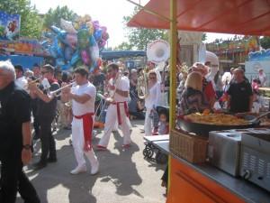 Tijdens de procesie over de kermis