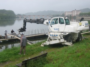 opbouw van de pontons die zomers op de rivier liggen
