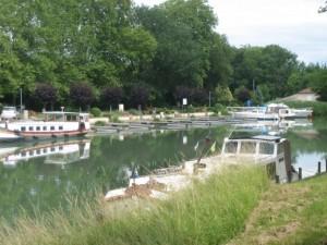 haven Valence d'Agen, behalve 3 vastgeroeste bootjes, geen schip te bekennen