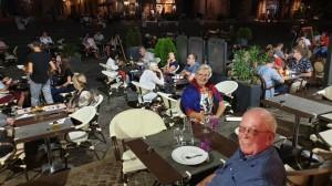 etentje op het gezellige plein naast de abdij