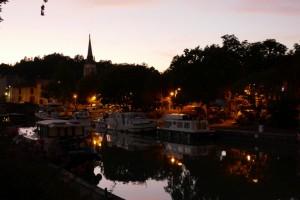 sfeerbeeld van de haven bij avond