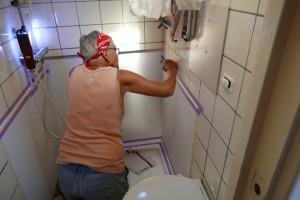 en passant krijgt ook de badkamer een verfbeurtje