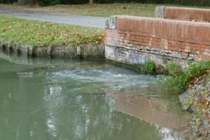 waarna het water weer in het kanaal komt maar nu beneden de sluis