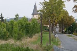 straat vanaf de haven naar het dorp met de beroemde octogonale toren