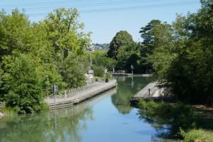De pont canal over de Hers, vlak daarachter in de bocht, de kanaal sluis