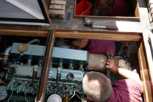 3 kerels in een kleine machine kamer